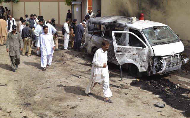 Archivo - Funcionarios de seguridad evalúan el lugar donde un atacante suicida con bomba se inmoló en Quetta el 8 de agosto de 2013. Al menos 29 personas murieron en Pakistán el jueves cuando un atacante suicida con bomba se inmoló durante el funeral de u