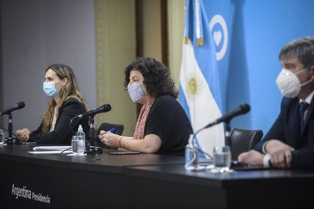 HANDOUT - 21 April 2021, Argentina, Buenos Aires: Argentinian Health Minister Carla Vizzotti (C), participates in a press conference on the latest updates concerning the Coronavirus pandemic. Photo: ---/Prensa Presidencia/dpa - ATENCIÓN: Sólo para uso edi