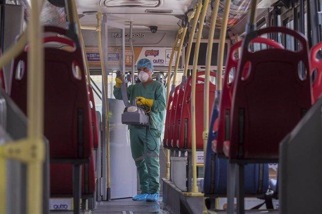 Archivo - Labores de desinfección de un autobús público de Quito, Ecuador.