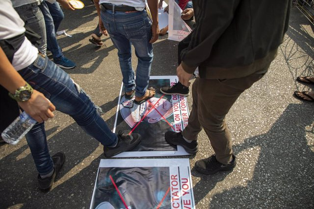Archivo - 28 February 2021, Myanmar, Yangon: Protesters step on the posters of Myanmar's Commander-in-Chief Senior General Min Aung Hlaing during a protest against the military coup and detention of civilian leaders in Myanmar. Photo: Thuya Zaw/ZUMA Wire/