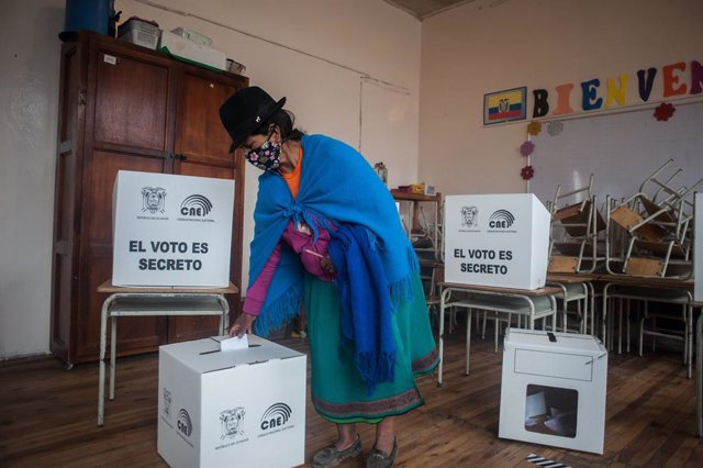 11 April 2021, Ecuador, Quito: A woman from the indigenous community casts her vote at a polling station in Jose Antonio Vallejo educational unit during Ecuador's presidential run-off vote. Conservative banker Guillermo Lasso has got to 52.52 per cent of