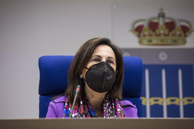 """La ministra de Defensa, Margarita Robles durante una reunión por videoconferencia con los comandantes de los mandos componentes de la operación """"Misión Baluarte"""" desde el Centro de Operaciones Conjuntas del Mando de Operaciones de Retamares, a 20 de abril"""