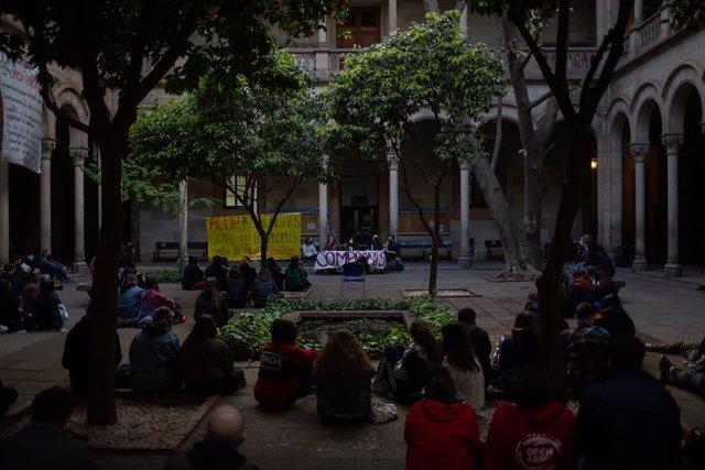 Diverses persones participen en el segon dia de l'ocupació d'un edifici de la Universitat de Barcelona (UB), a 21 d'abril de 2021.