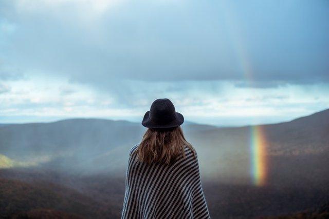 Archivo - Mujer mirando el arcoíris .