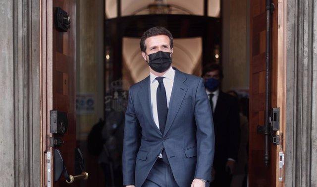 El líder del PP, Pablo Casado, sale tras una sesión de control al Gobierno Central, a 21 de abril de 2021, en el Congreso de los Diputados, Madrid, (España).