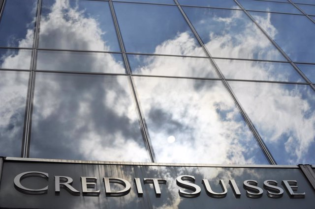 Archivo - FILED - 14 July 2010, Hessen, Frankfurt_Main: A general view of the Credit Suisse bank logo placed onto the main entrance of the bank's branch in Frankfurt. Credit Suisse expects to get by with fewer staff in coming years as automation kicks off