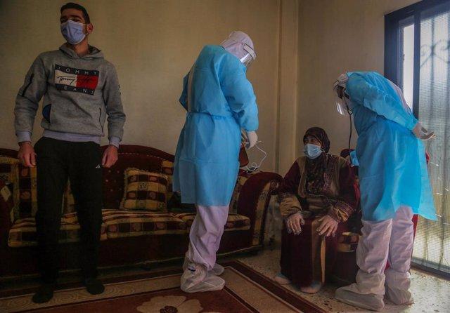 Archivo - Médicos atienden a una paciente de coronavirus en su vivienda en Líbano