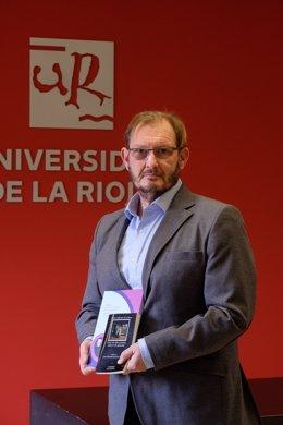 El profesor del departamento de Filologías Hispánica y Clásica de la Universidad de La Rioja, Juan Manuel Escudero Baztán, con sus libros sobre Calderón de la Barca