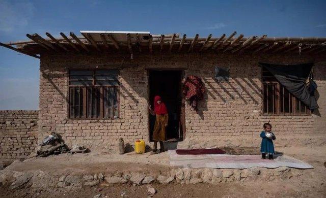 Archivo - Dos niñas en una casa en Afganistán