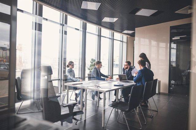 Archivo - Reunión de trabajadores en una oficina.