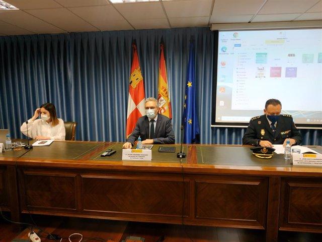 El delegado del Gobierno, Javier Izquierdo, en el centro, durante la comparecencia para dar los detalles de la liberación de las cuatro mujeres explotadas sexualmente.