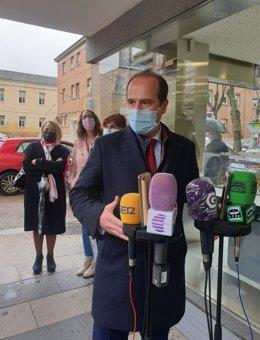 El alcalde de Guadalajara, Alberto Rojo, atiende a los medios.