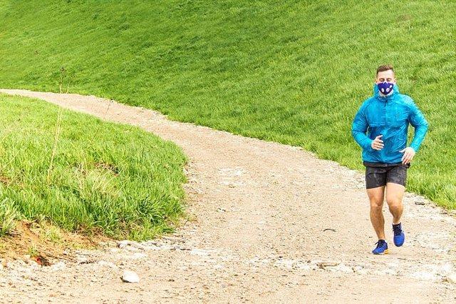 Un hombre realiza ejercicio con una mascarilla.