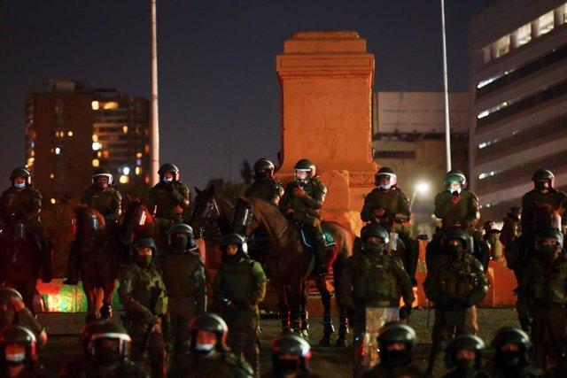 Archivo - Dispositivo policial en la plaza Baquedano de Santiago de Chile durante las protestas sociales.