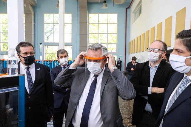 Archivo - El presidente de Argentina, Alberto Fernández, con mascarilla y pantalla