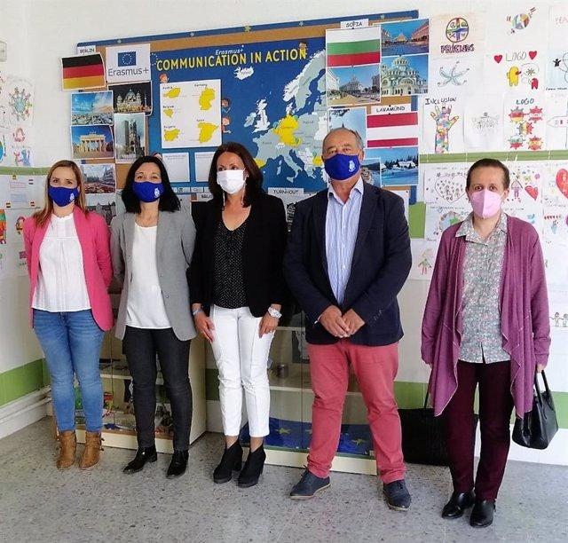 La delegada de Educación y Deporte en Huelva, Estela Villalba, en su visita al CEIP Reyes Católicos de la capital.