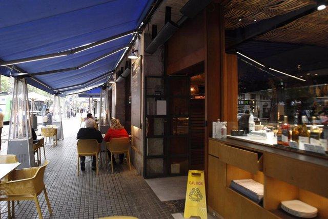 El exterior de un bar