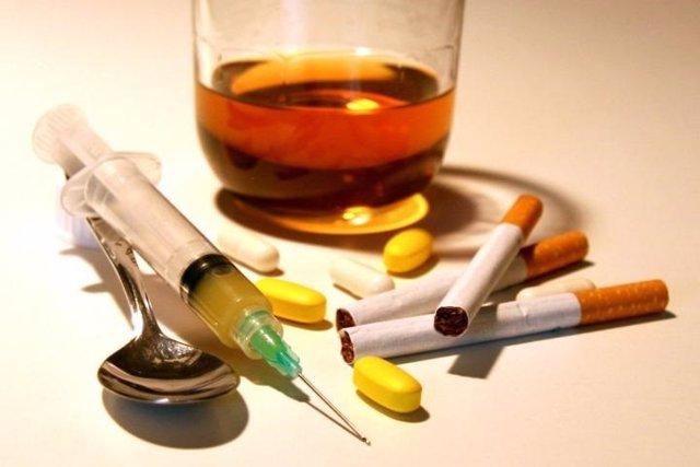 Archivo - Drogas, tabaco, alcohol, medicamentos, alcoholismo, adicción, drogodependencia