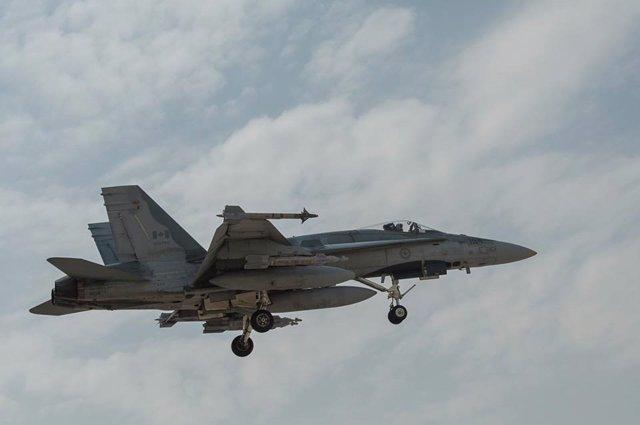 Archivo - Un caza CF18 de la Fuerza Aérea canadiense vuela de regreso tras participar en los ataques de la operación 'Resolución Inherente'