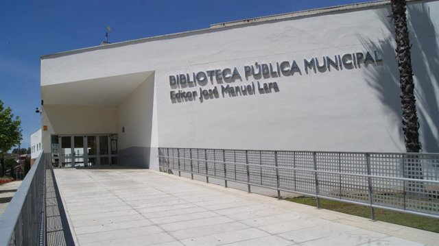 Fachada de la biblioteca municipal de Alcalá de Guadaíra 'Editor José Manuel Lara'.