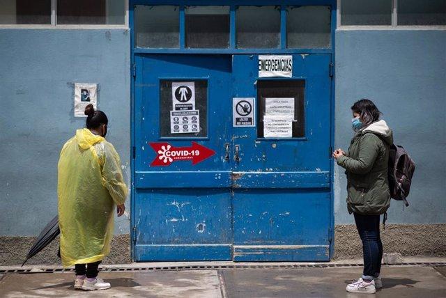 Archivo - Personas esperan en la entrada de un centro sanitario en La Paz, Bolivia, durante la pandemia de COVID-19.