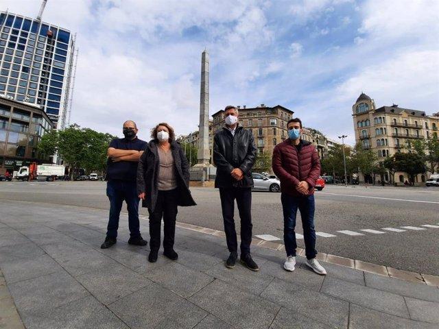 El regidor de Junts a Barcelona Jordi Martí al costat dels consellers de Junts al districte de l'Eixample, Biel Figueres, Cristina Caballer i Albert Cerrillo, a la plaça Cinc d'Oros.