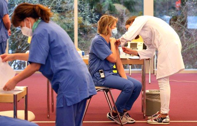 Archivo - Vacunación de una trabajadora sanitaria contra el coronavirus en Alemania