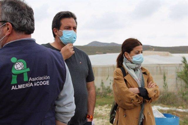Los eurodiputados de Unidas Podemos, Manu Pineda y Sira Rego, en los asentamientos de Níjar