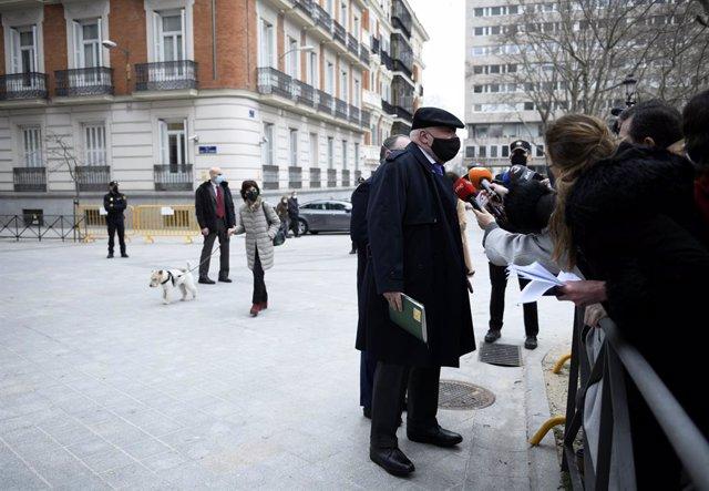 Archivo - El comisario jubilado José Manuel Villarejo responde a los medios de comunicación a su salida de la Audiencia Nacional donde le han interrogado como investigado en dos piezas separadas del caso 'Tándem', en Madrid, (España), a 4 de marzo de 2021