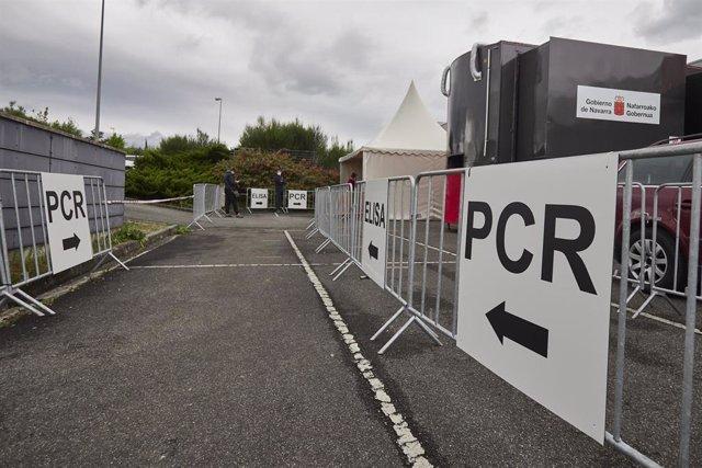 Varios carteles indican la dirección para someterse a un test PCR en un dispositivo de vacunación contra el Covid-19 con la vacuna de Janssen, a 22 de abril de 2021, en Pamplona, Navarra (España). Navarra ha comenzado a administrar este jueves la vacuna d