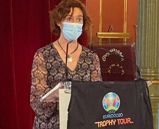 La alcaldesa en funciones de Bilbao, Amaia Arregi, con la camiseta remitida             La alcaldesa en funciones de Bilbao, Amaia Arregi, con la camiseta enviada para utilizar en el 'Trophy Tour',  el 4 de mayo