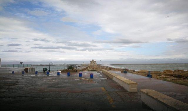 Archivo - Oleaje en la zona de Puerto Sherry, en El Puerto de Santa María (Cádiz)