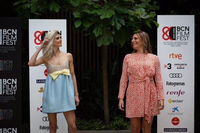 L'actriu, Clara Llac (i) i la directora, Mariana Barassi (d) posen en el photocall de la pel·lícula Crònica d'una tempesta en el BCN Film Fest, a 22 d'abril de 2021, a Barcelona, Catalunya (Espanya). El film s'estrena als cinemes el proper 30 d'abril