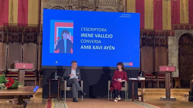 El periodista Xavi Ayén i l'escriptora Irene Vallejo, durant el pregó de Sant Jordi a l'Ajuntament de Barcelona