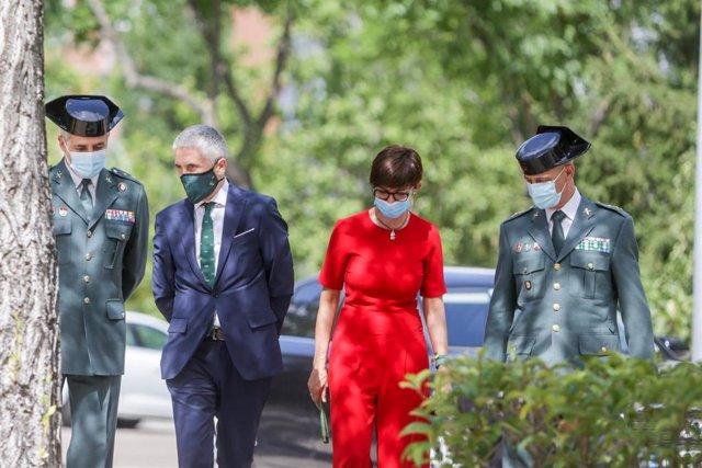 Archivo - El ministro del Interior, Fernando Grande-Marlaska (2i); y la directora general del Instituto Armado, María Gámez, a su llegada a un acto del Instituto Armado