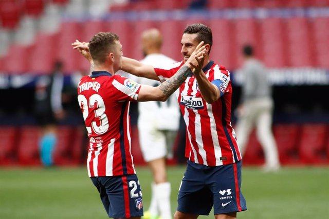 Trippier y Koke se abrazan tras el 1-0 ante el Huesca