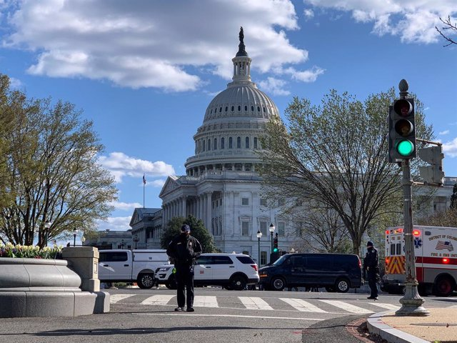 02 April 2021, US, Washington: Officers stand at the scene, where one officer was killed, a second injured, after a man drove his car into them at the heavily guarded northern entrance to the US Capitol. Photo: Sue Dorfman/ZUMA Wire/dpa