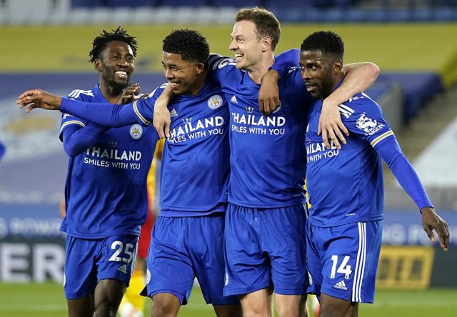22 April 2021, United Kingdom, Leicester: Leicester City's Jonny Evans (2nd R) celebrates scoring his side's second goal with team-mates during the English Premier League soccer match between Leicester City and West Bromwich Albion at the King Power Stadi