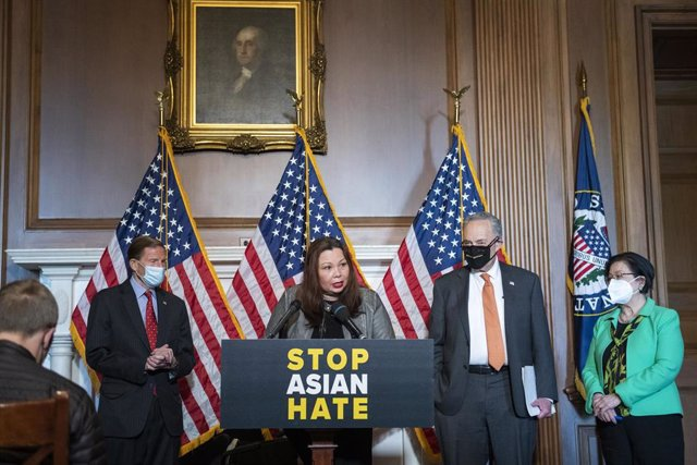 La senadora demócratas Tammy Duckworth (c), Richard Blumenthal (izqda), el líder de la mayoría en el Senado, Chuck Schumer, (dcha) y la senadora por Hawai, Mazie Hirono.