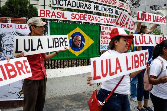 Archivo - 07 April 2019, El Salvador, San Salvador: Salvadorans hold placards during a demonstration against the of imprisonment of former Brazilian President Lula da Silva, after he already one year in a Brazilian prison. Photo: Camilo Freedman/ZUMA Wire