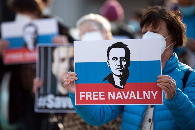 21 April 2021, North Rhine-Westphalia, Duesseldorf: People take part in a protest in support of jailed opposition leader Alexei Navalny. Photo: Federico Gambarini/dpa