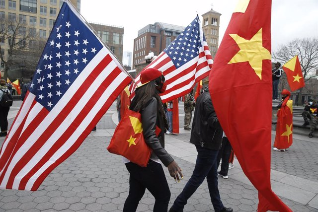 Manifestación contra la ocupación militar eritrea de Tigray en Nueva York con banderas de Estados Unidos y de Tigray