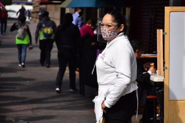 Archivo - Una trabajadora de un restaurante en Ciudad de México.