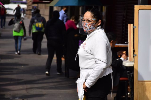 Archivo - MEXICO CITY, MEXICO - JANUARY 20: A restaurant worker serves meals after Mexico's Government allowed the restaurants reopen to operate only outdoors, after the restaurant industry protested against the confinement, although the pandemic continue