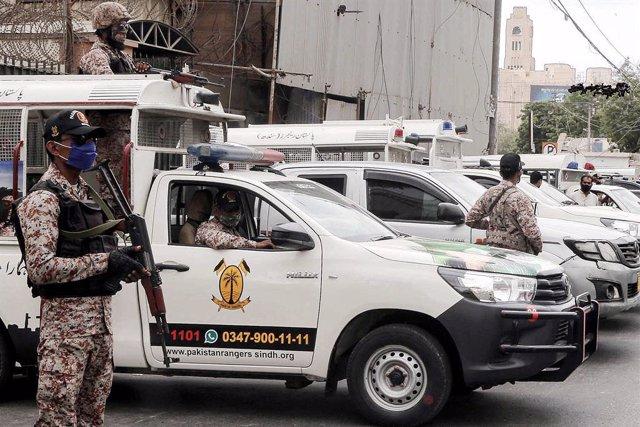 Archivo - Imagen de archivo de unos agentes de la Policía de Pakistán desplegados en Karachi