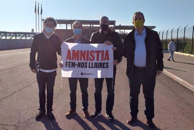 El presidente de Òmnium, Jordi Cuixart, y los ex concejales Jordi Turull, Raül Romeva y Joaquim Forn salen de la cárcel de Lledoners (Barcelona).