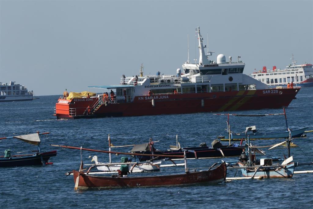 Indonesia despliega 25 buques en una carrera contrarreloj para encontrar el submarino desaparecido