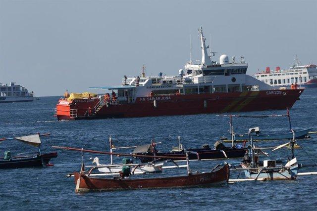 Equipos de rescate buscan submarino desaparecido en Indonesia.