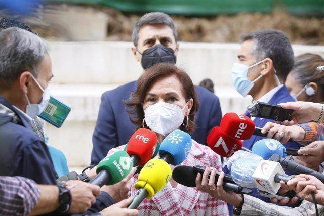 La vicepresidenta primera del Gobierno, Carmen Calvo, este viernes en Córdoba atendiendo a los medios.