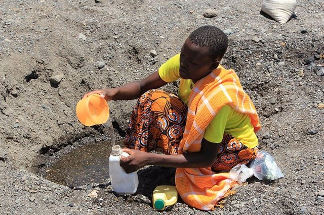 Excavando en busca de agua potable en el lecho de un río seco